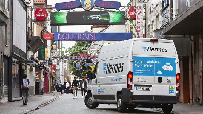 Hermes liefert in Hamburg mit E-Transporter von Emovum aus.
