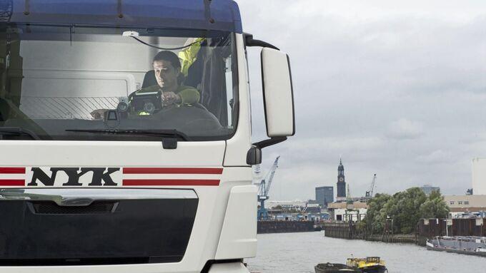 Ismail Devili mit seinem LKW im Hamburger Hafen