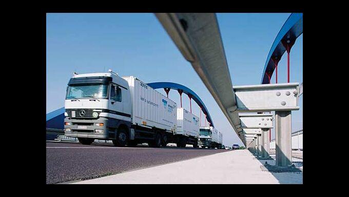Lkw der Firma Hermes auf einer Brücke