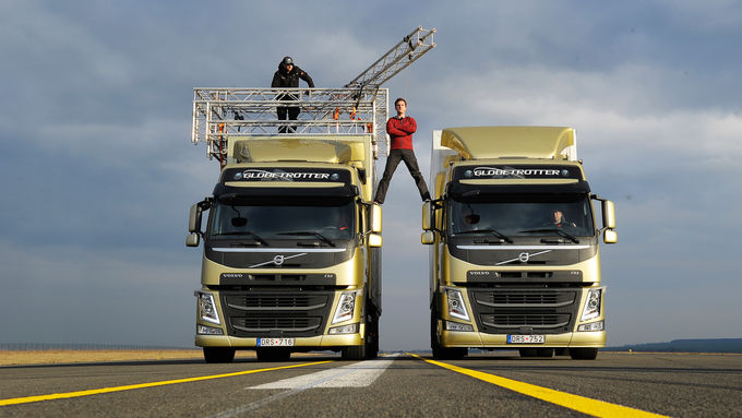 Spagat zwischen zwei Lkw, Volvo