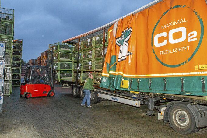 CO2-Emissionen reduzieren: Lang-Lkw von Elflein bei der Beladung.
