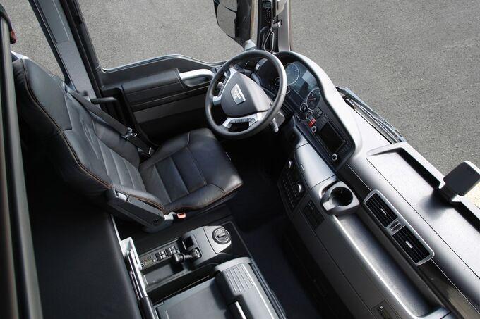Cockpit des V8-TGX