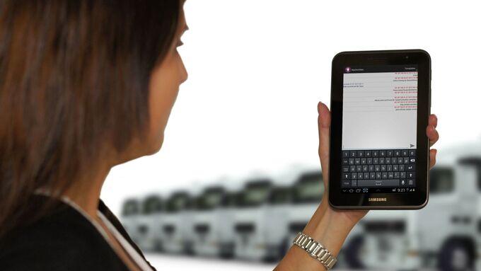 Frau, Smartphone, Soloplan, Carlo in Touch, Fuhrpark, Telematik