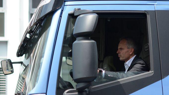 Matthias Strehl, Geschäftsführer von Meyer Logistik, im Iveco Stralis NP.
